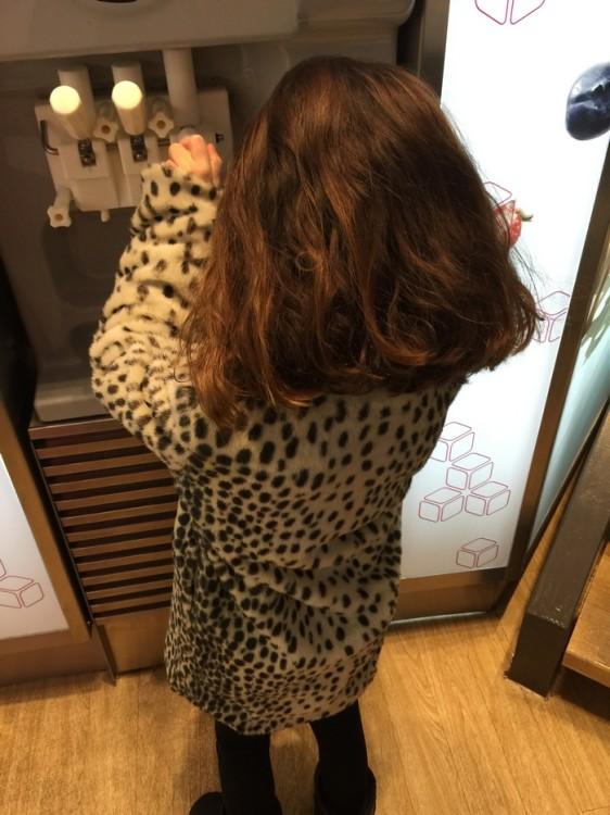 """Γιορτάζουμε την κορυφαία απόφαση της με Frozen Yogurt. """"Μαμά μπορώ να βάλω ό,τι θέλω μέσα;""""..."""
