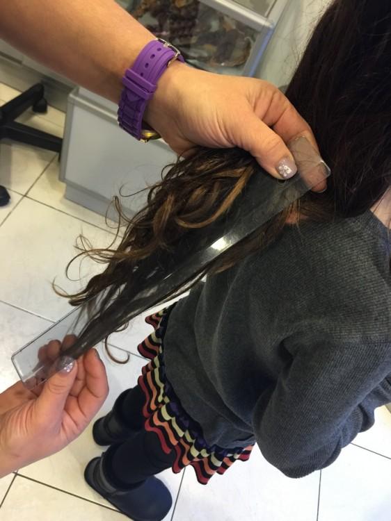 """Μετράμε 20 πόνους από τα μαλλιά της κόρης μου. τα μαλλιά της θα φτάσουν έως τους ώμους. """"Κόψτε τα κι άλλο"""" λέει στην κομμώτρια που κάνει την διαδικασία, και εγώ σκέφτομαι τις μάχες επτά ετών για να της κόψουμε έστω και μισό εκατοστό από τα μαλλιά της. Η Ελμίνα είναι αποφασισμένη να χαρίσει όση περισσότερη χαρά μπορεί..."""