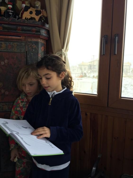 Όσο τα παιδιά μας διαβάζουν Χριστουγεννιάτικες ιστορίες...