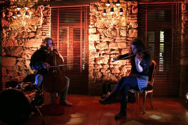 Οι String Demos μας υποδέχονται με τους ήχους των βιολιών...