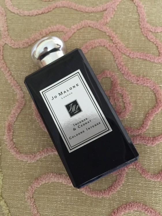 Το Incense & Cedrat είναι το νέο μέλος της συλλογής Cologne Intense, μια συλλογής που χαρακτηρίζεται από τα πλούσια και σπάνια υλικά της . Το άρωμα δημιουργήθηκε από την Master Perfumer, Marie Salamagne, χρησιμοποιώντας το άρωμα από το λιβάνι του Ομάν, το πιο πολύτιμο σε όλο τον κόσμο. Παράγεται για πάνω από έξι χιλιάδες χρόνια, και συλλέγεται από το ιερό δέντρο Boswellia, το οποίο βρίσκεται σε μια λωρίδα γης μεταξύ του ωκεανού και της ερήμου Dhofar. Η συγκομιδή έχει περάσει από γενιά σε γενιά. Δύο φορές το χρόνο το δέντρο κόβεται ώστε οι ρητινώδεις χυμοί του να βγουν προς τα έξω, να ξεραθούν και να κρυσταλλώσουν. Στα σύγχρονα χρόνια, το Boswellia sacra απειλείται όλο και πιο συχνά. Έτσι για πρώτη φορά στην αρωματοποιία, χρησιμοποιήσαμε την τεχνολογία NaturePrint™ ώστε να αναδημιουργήσουμε το άρωμα από το λιβάνι του Ομάν.