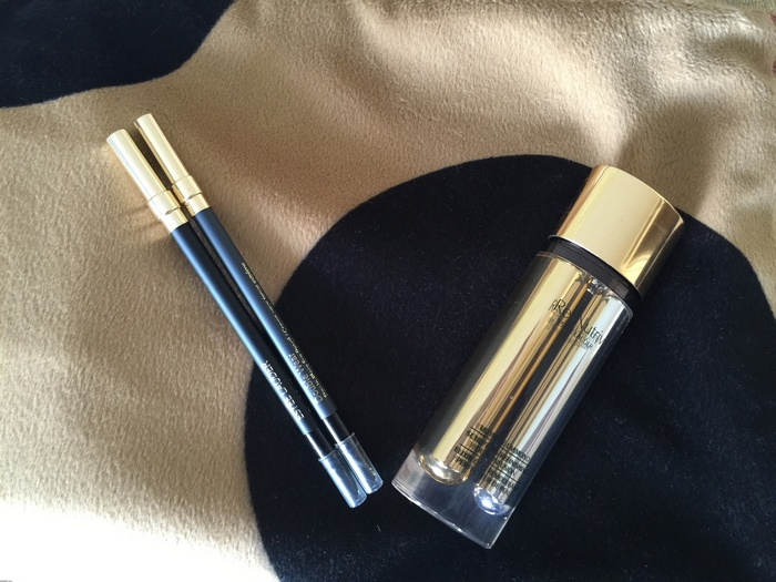 Re-Nutriv Ultimate Diamond Sculpting/Refinishing Dual Infusion της Estee Lauder, ο διπλός ορός με τρούφα μαύρου διαμαντιού! Την τελευταία εβδομάδα έχω πάθει εμμονή με το Stay-in-Place Eye Pencil Double Wear της Estee Lauder, το οποίο εφαρμόζει πανεύκολα χαρίζοντας το πιο smokey αποτέλεσμα που ονειρεύτηκα ποτέ. Δοκιμάστε το χρώμα 01 Onyx, και θα με θυμηθείτε!