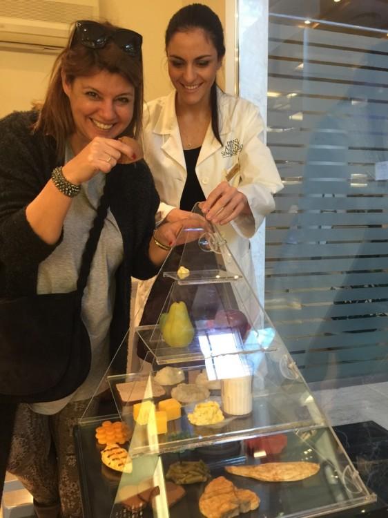 Με την διατροφολόγο, πάνω από την γνωστή πυραμίδα διατροφής τσιμπώντας ένα cupcake. Είναι ψεύτικο....