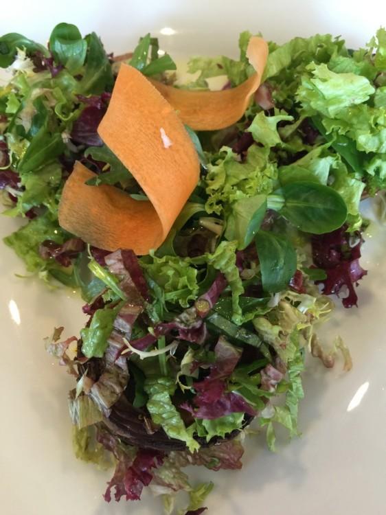 Πράσσινη σαλάτα με φρέσκα μανιτάρια και δύο κοταλάκια του καφέ ελαιόλαδο...