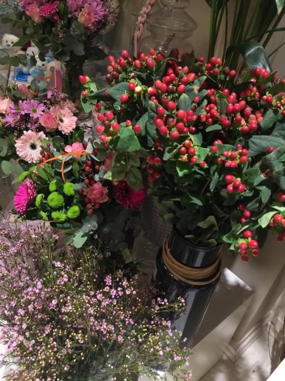"""Ξεναγώ την κόρη μου στα υπέροχα λουλούδια της Αντουανέτας Κουτσουράδη...Την κατευθύνω προς τα αγριολούλουδα, στα λουλούδια του αγρού, της δείχνω πόσο πιο όμορφα είναι από τα """"καθιερωμένα"""" τριαντάφυλλα..."""