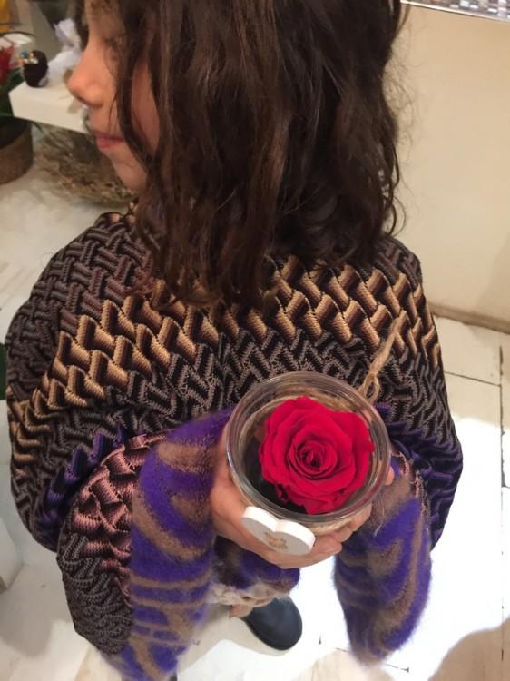 Διαλέγει και ένα τριαντάφυλλο για την κολλητή της...