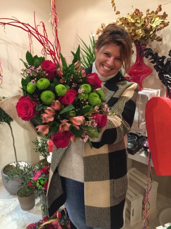 """Το flower shop της Antoinetta Koutsouradi θα στείλει αυτή την όμορφη ανθοδέσμη στον """"έρωτα"""" του τυχερού μας αναγνώστη!"""