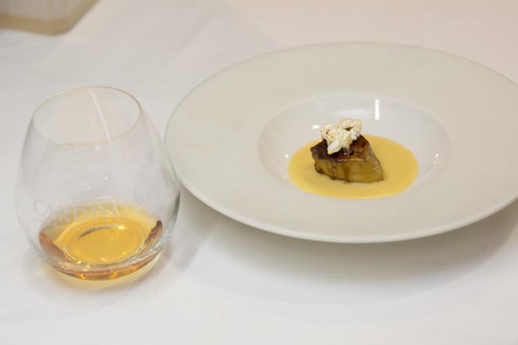 Foie gras με μια κρέμα καλαμποκιού με παλαιωμένο βαλσαμικό ξύδι και καραμελωμένο ποπ κορν! Ένα πιάτο που «φώναζε» για ουίσκι από μακριά …και το συνοδεύσαμε με σκέτο Cardhu Gold Reserve...