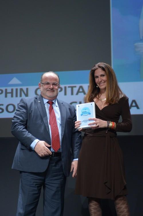 Η Κατερίνα Κατώπη, Γενική Διευθύντρια της Dolphin Capital Partners, παραλαμβάνει το Ασημένιο Βραβείο στην κατηγορία «Ανακαίνιση» για το ξενοδοχείο Nikki Beach Resort & Spa από το Γιώργο Καββαθά