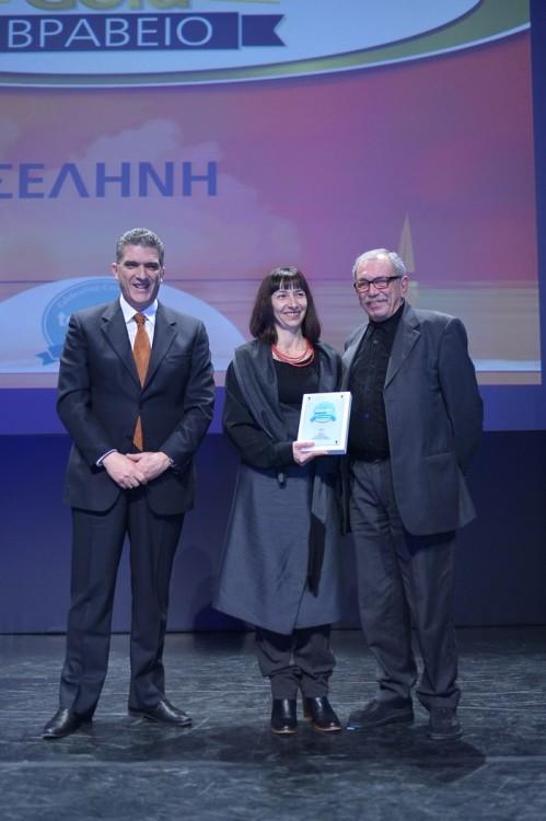 Ο Γιώργος Χατζηγιαννάκης και η Γεωργία Τσάρα παρέλαβαν το Χρυσό Βραβείο στην κατηγορία «Γαστρονομικός Τουρισμός» για το εστιατόριό  «Σελήνη» στην Σαντορίνη, από το Γιώργο Δρακόπουλο