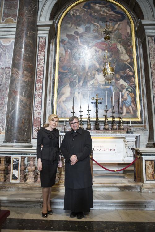 Η κυρία Βαρδινογιάννη ξεναγείται στη Βασιλική του Αγίου Πέτρου από τον Monsignor Giuseppe Laterza.