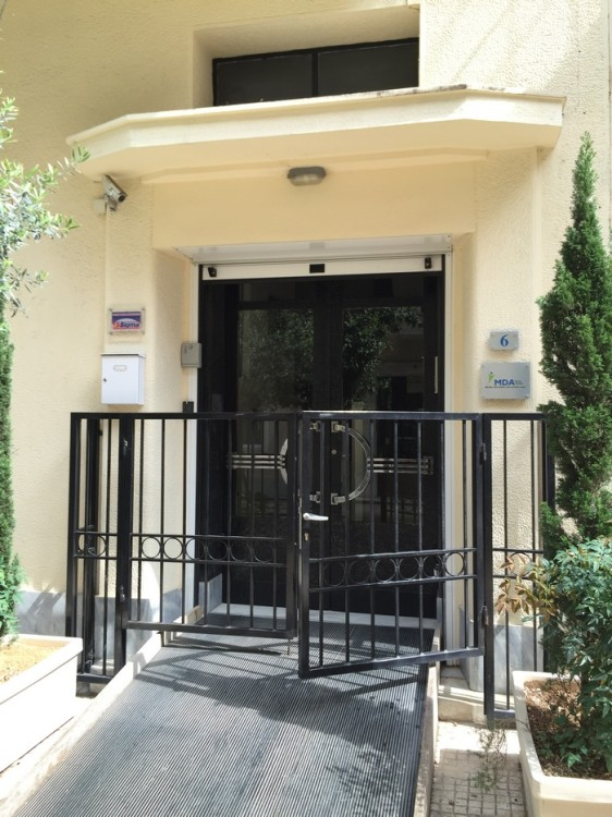 Το Σπίτι του MDA Ελλάς, στεγάζεται σε ένα τριόροφο κτήριο στο Κέντρο της Αθήνας, ενώ φιλοξενεί χώρους για το Θεραπευτικό Γυμναστήριο, την Αίθουσα υποδοχής καθώς και την Αίθουσα πολλαπλών χρήσεων, μία Βιβλιοθήκη-Αναγνωστήριο, Αίθουσα Υπολογιστών (!), και μία υπέροχη αυλή...