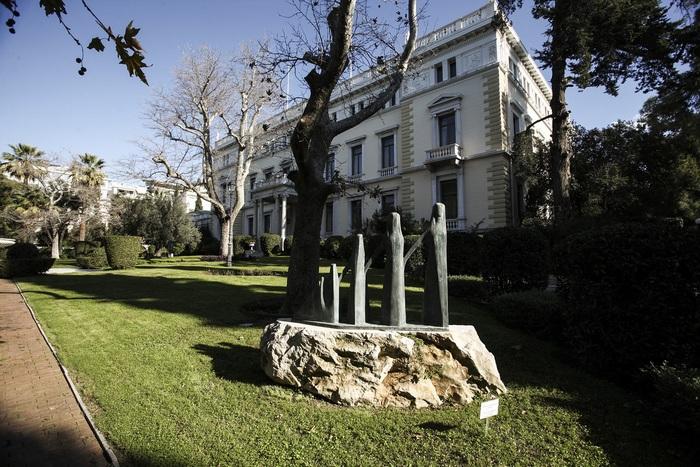 Το «Ζαλόγγο» έργο του Γιώργου Ζογγολόπουλου στον κήπο του Προεδρικού Μεγάρου. Ο κήπος καταλαμβάνει έκταση 25 στρεμμάτων και εδώ βρισκόταν ο λαχανόκηπος των Ανακτόρων. Σχεδιάστηκε μαζί με το υπόλοιπο κτίριο το 1897 με φυτά της ελληνικής χλωρίδας.