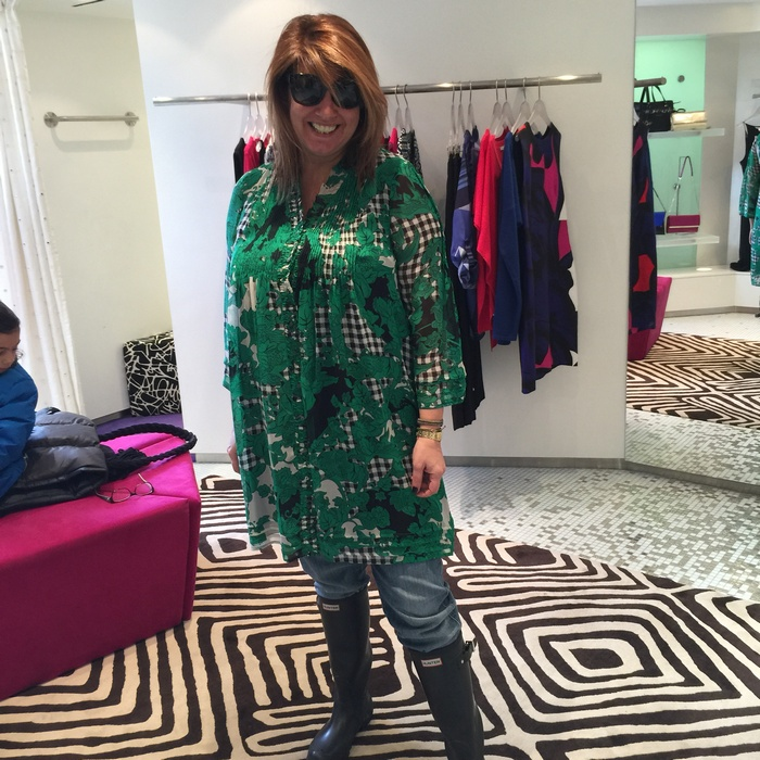 Όμως θέλω να νιώσω λίγο όπως ένιωσε η Diane στο Fashion Week....Το φοράω επί τόπου πάνω από τα ρούχα μου! Έστω κι έτσι, είναι συγκλονιστικό....