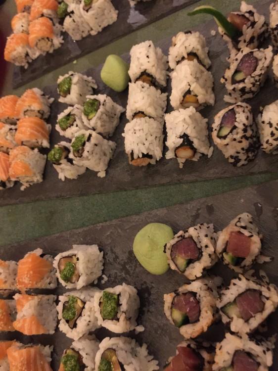 Τοποθετούμε τα rolls στις πιατέλες τους. Αυτές τις κομψές από μάρμαρο, ιδανικές για sushi, τις βρήκε η Τίνα στο Zara Home!
