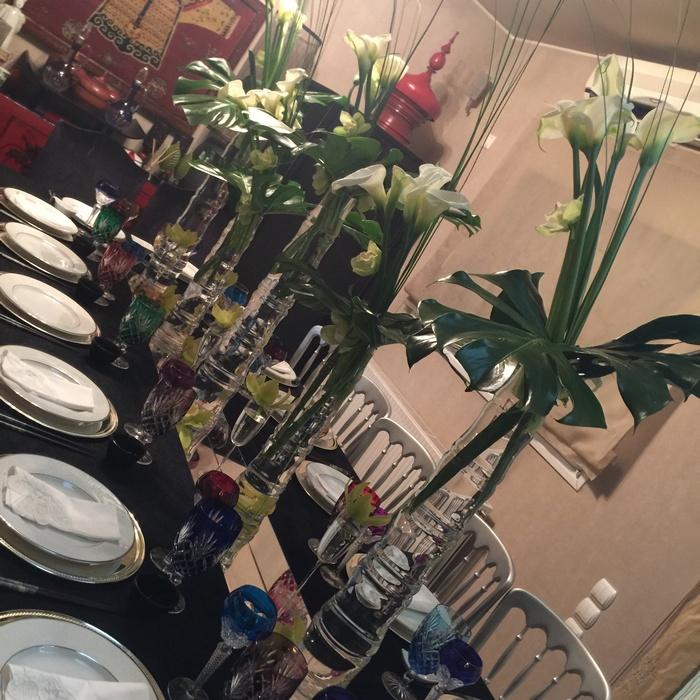 Έτοιμο! Για να δώσω μεγαλύτερη έμφαση στο art de la table δεν βάζω πουθενά αλλού στο σπίτι λουλούδια. Δεν χρειάζονται υπερβολές. Άλλωστε, είμαι σίγουρη πως κάποιοι από τους καλεσμένους μου θα μου στείλουν τις δικά τους μπουκέτα, τα οποία φυσικά και θα τοποθετήσω αμέσως στα βάζα μου!