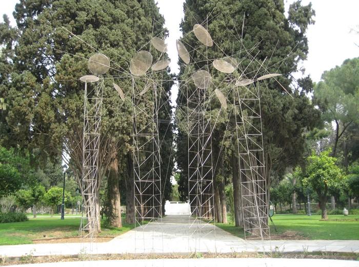 """Στους κήπους του Προεδρικού Μεγάρου υπάρχει ένα ακόμη γλυπτό του Γιώργου Ζογγολόπουλου, το """"Tel-Néant""""."""