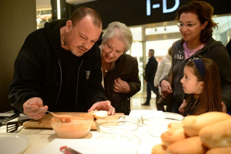 Ο chef του JOY, Δημήτρης Σκαρμούτσος, ετοιμάζει γευστικά hot dog στο Cooking Stage του Golden Hall