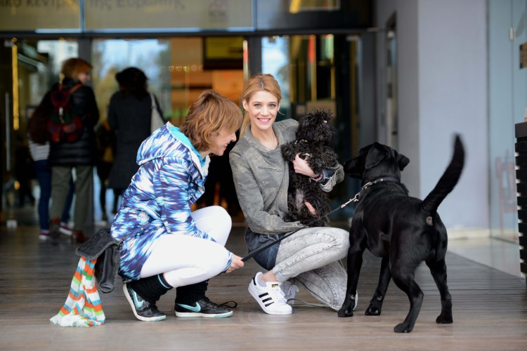 Η Pet Expert του JOY, Τζένη Θεωνά με τη σκυλίτσα της Sushi υποδέχονται τους pet lovers του Golden Hall, με τα αγαπημένα τους κατοικίδια.
