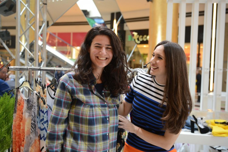 Η Λυδία Παπαϊωάννου στο Fashion Stage του Golden Hall, παρέα με μία από τις συμμετέχουσες στο Fashion Challenge.