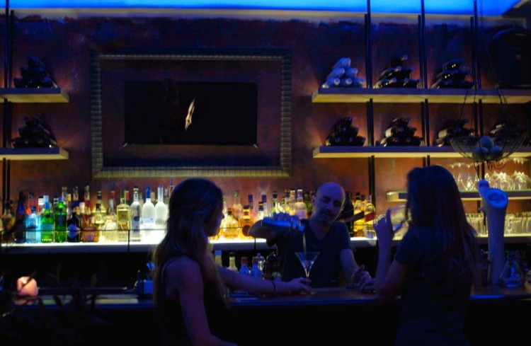 "To ""Χρυσό Αιδοίο"" από τον μαγικό φακό του Νεκτάριου Παπανικολάου, πάνω από το μπαρ του Geona's..."