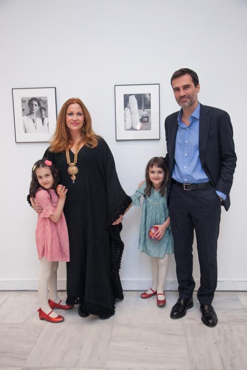 Η Καλλιόπη με τον σύζυγο της Χρήστο Καρβούνη και τις κόρες τους Άννα και Ίντια