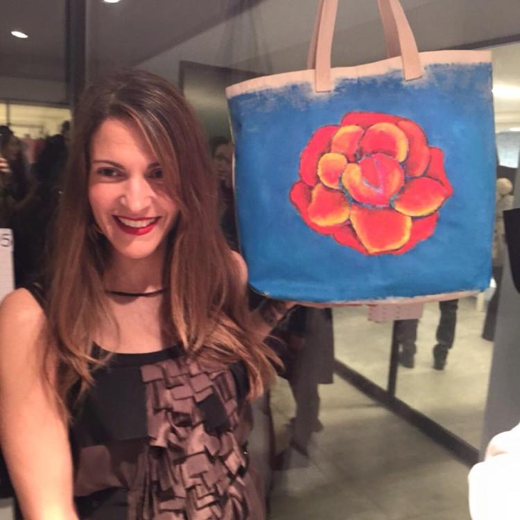 Η Φαίη Λεούση με την tote bag της