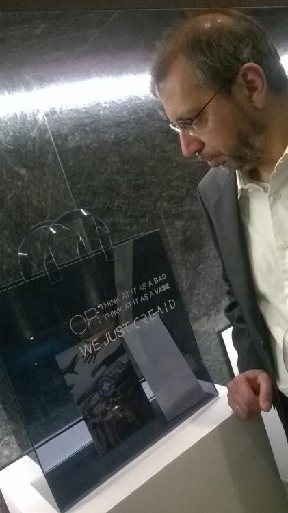 Ο Γιώργος Κουτσουράδης καμαρώνει την τσάντα που δημιούργησε η Αντουανέτα. Με το δίκιο του!