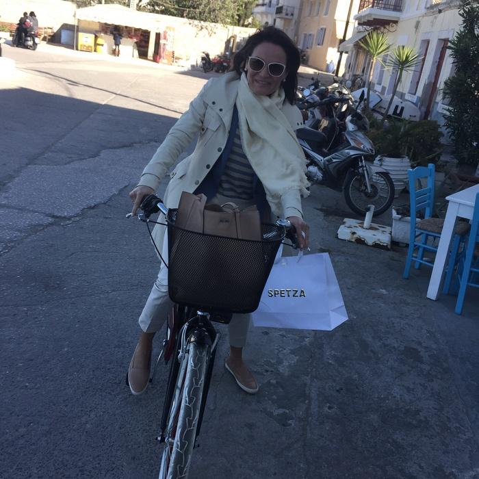 Vanity Fair: Η Μαρία Στρατή με vintage ποδήλατο στη Promenade του νησιού...
