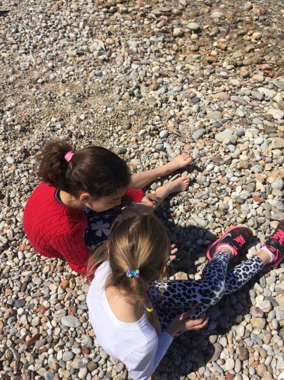 Η πρώτη επαφή με τα βότσαλα: Ελμίνα & Σοφία Λουίζα...