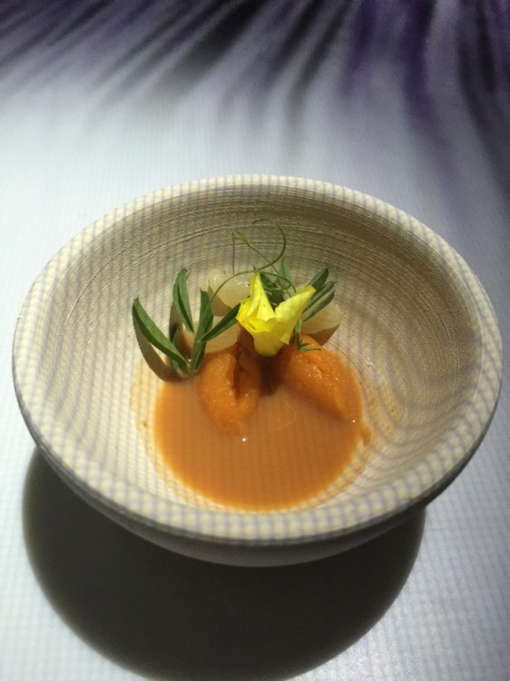 Το δωμάτιο σκοτεινιάζει ακόμα πιο πολύ, για να αναδείξει το πιάτο αχινοί & καρότα...