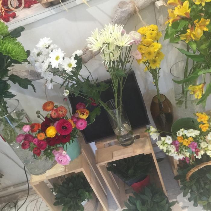 Δεν γίνεται να έρθω σε αυτό το αγαπημένο flower shop και εκτός από τις λαμπάδες να μην ενθουσιαστώ με τα αρώματα και τα χρώματα των λουλουδιών....