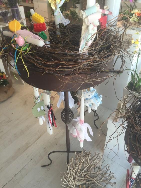 Οι λαμπάδες της Αντουανέτας προσπαθούν να κλέψουην την παράσταση από τις εκπληκτικές της συνθέσεις λουλουδιών. Σε κάποιες περιπτώσεις το καταφέρνουν...