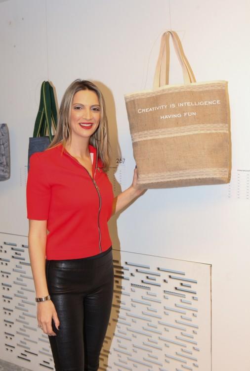 Η Τόνια μπροστά στην tote bag που σχεδίασε για την Creaid