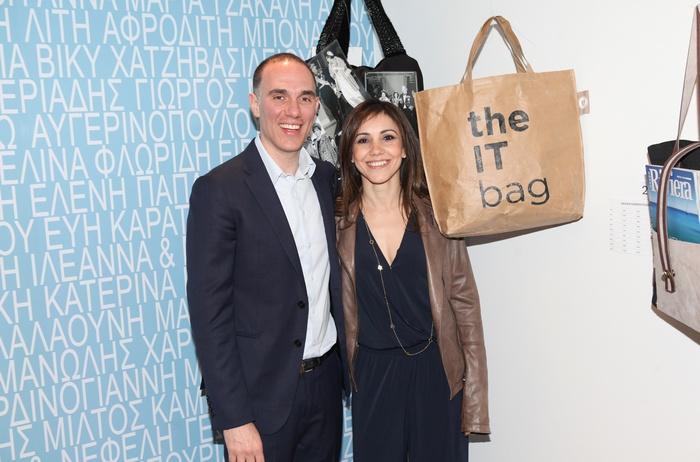 """Ο Αχιλλέας Ιακειμίδης και η Κάλια Καμπουρίδη, μπροστά στη """"it"""" tote bag της"""