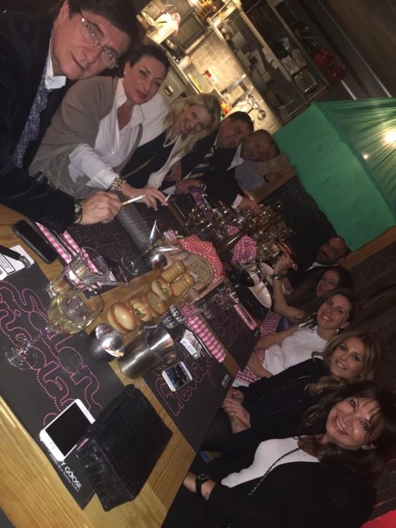 Έχουμε κλείσει το τραπέζι της Κουζίνας του Salon de Bricolage και γιορτάζουμε την επιτυχία της βραδιάς...
