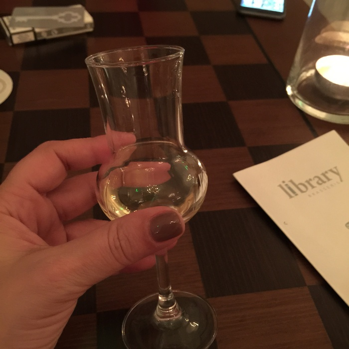 Πίνουμε ένα ποτήρι παγωμένης γκράπας σε όλες τις αναμνήσεις μας, και σε όλα όσα θα έρθουν...