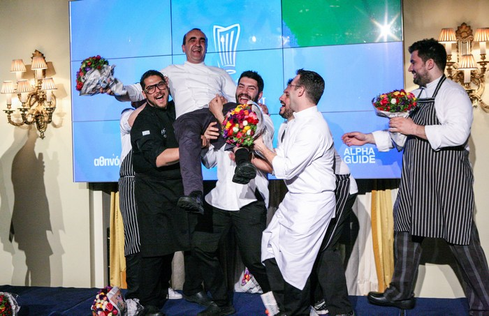 To τελικό χειροκρότημα - Οι νέοι σεφ που δημιούργησαν το δείπνο σηκώνουν στα χέρια τον executive σεφ της Μεγάλης Βρεταννίας Σωτήρη Ευαγγέλου