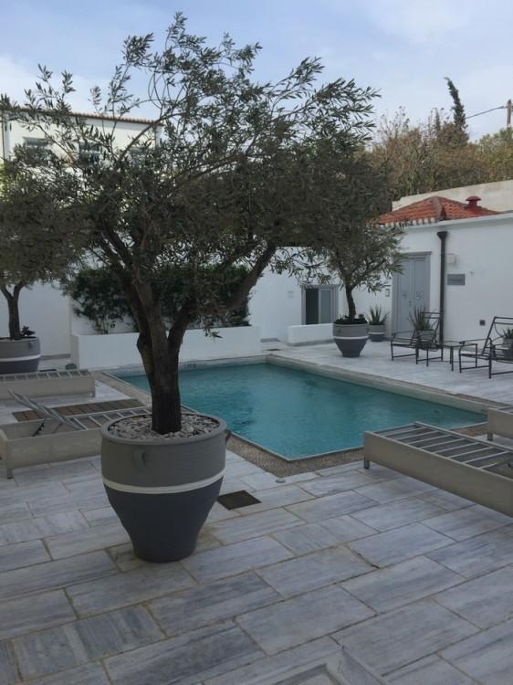 Στην πισίνα, γύρω από ένα γαλήνιο κήπο σε ένα μεσογειακό περιβάλλον, όπου θα ηρεμήσετε άμεσα, μακριά από τους έντονους ρυθμούς της σύγχρονης ζωής.