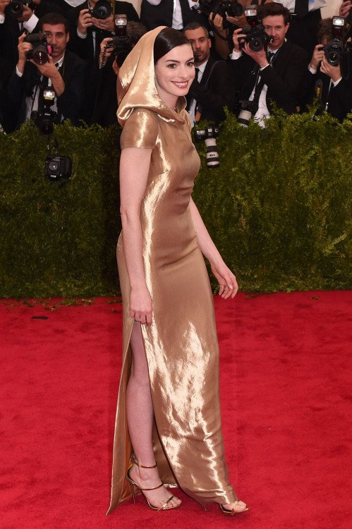 H Anna Hathaway με Ralph Lauren και κουκούλα...