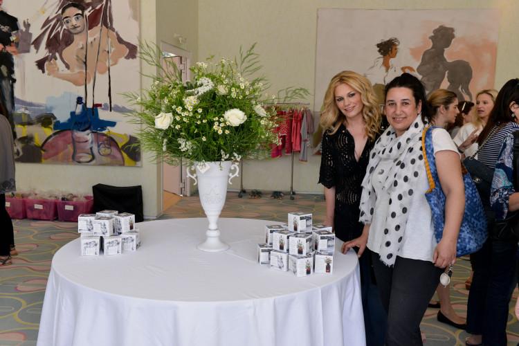 Η Γιώτα με την Αντουανέτα Κουτσουράδη, δίπλα σε μία υπέροχη ανθοδέσμη του Antoinetta Koutsouradi flower shop