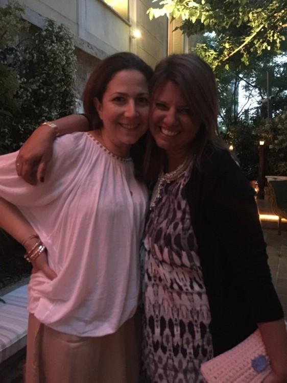 Πριν καν φτάσω στο μπαρ, συναντώ την λατρεμένη μου Ιωάννα Αλεξάτου. Η βραδιά προβλέπεται ακόμη καλύτερη από ό,τι την φανταζόμουν. Γίνεται; Ναι....γίνεται!!!!