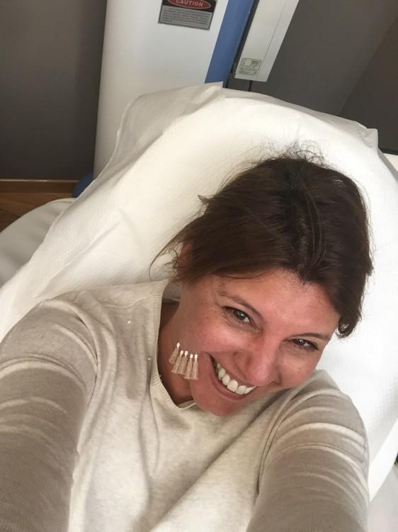 Όχι μόνο δεν πονάω, αλλά τραβάω selfies και τις στέλνω στις φίλες μου. Χωρίς χιούμορ δεν κάνεις τίποτα!