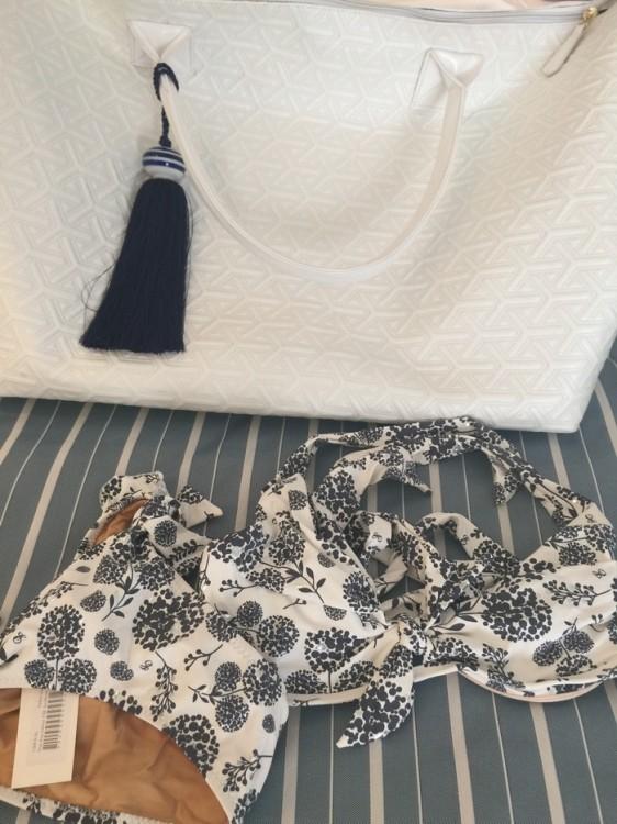 Βγάζω από την Marina Leon Beach Bag μου το καινούργιο μου Emmanuelas Swimwer! The Fay Bikini!!!! Συνηδειτοποιώ πως σε αυτό μου το ταξίδι έχω μαζί μου ένα μαγιό και ένα βραχιόλι που φέρουν το όνομα μου! Thank you Emmanuela Lykou -Galani & Antonia Karra-Makios!!!