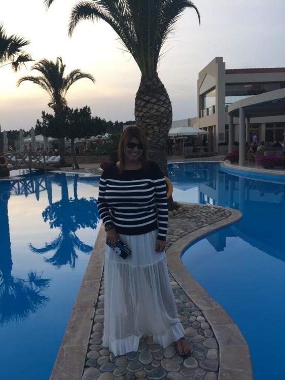 Εμείς μένουμε στο Sani Beach Beach Club. Ντύνομαι και πάω στο Porto Sani Village που έχουμε ραντεβού με τον Πάνο Δεληγιάννη και την Εύη Φέτση για να πάμε να δειπνήσουμε στο βραβευμένο Sea You Up στην Μαρίνα του Sani...