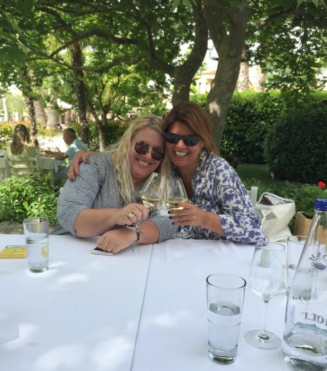 "To μεσημέρι τρώμε στον ""Αλέξη"" στην Μαρίνα του Sani. Η Εύη Φέτση είναι η καλύτερη ξεναγός στις γαστρονομικές απολαύσεις που μπορεί να σου προσφέρει αυτό το αξέχαστο τριήμερο..."