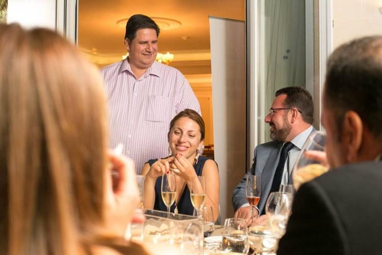 Ο Πάνος Δεληγιάννης μας ξεναγεί με τον δικό του μοναδικό τρόπο στην εξέλιξη της βραδιάς...