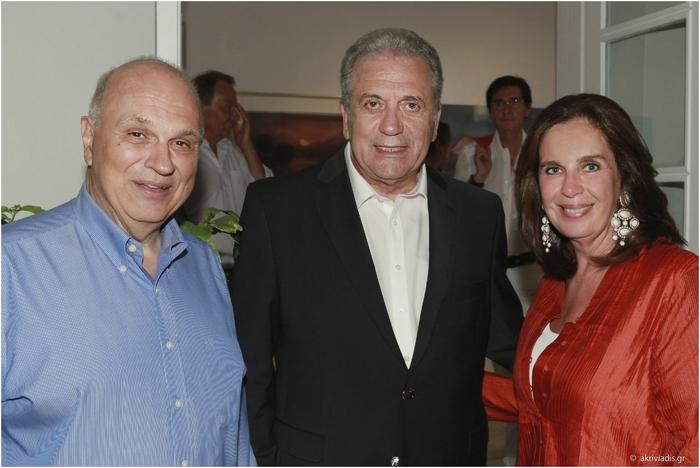 Ο καθηγητής του Harvard και President του Κολεγίου Αθηνών, Σπύρος Πολλάλης με τον Επίτροπο της Ελλάδας στην Ε.Ε., Δημήτρη Αβραμόπουλο και την Διευθύντρια της Gallery Citronne και ιστορικό τέχνης, Τατιάνα Σπινάρη – Πολλάλη.
