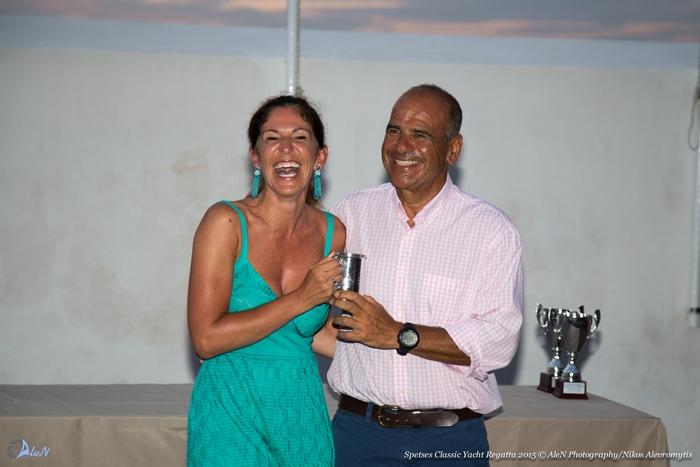 Η Κατερίνα Κατώπη από το Amanzoe , υποστηρικτή του αγώνα απονέμει στο Νίκο Λυκιαρδόπουλο το έπαθλο για τη νίκη του σκάφους Savannah στις ιστιοδρομίες της δεύτερης ημέρας
