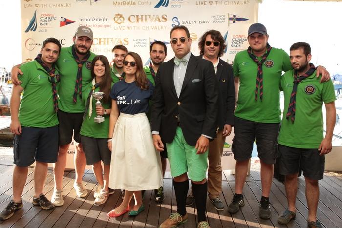 Η ομάδα της Salty Bag απονέμει το βραβείο Best Crew Appearance Award στο πλήρωμα του Κύκνος που κατέκτησε επίσης την πρώτη θέση στην κατηγορία των λατινιών